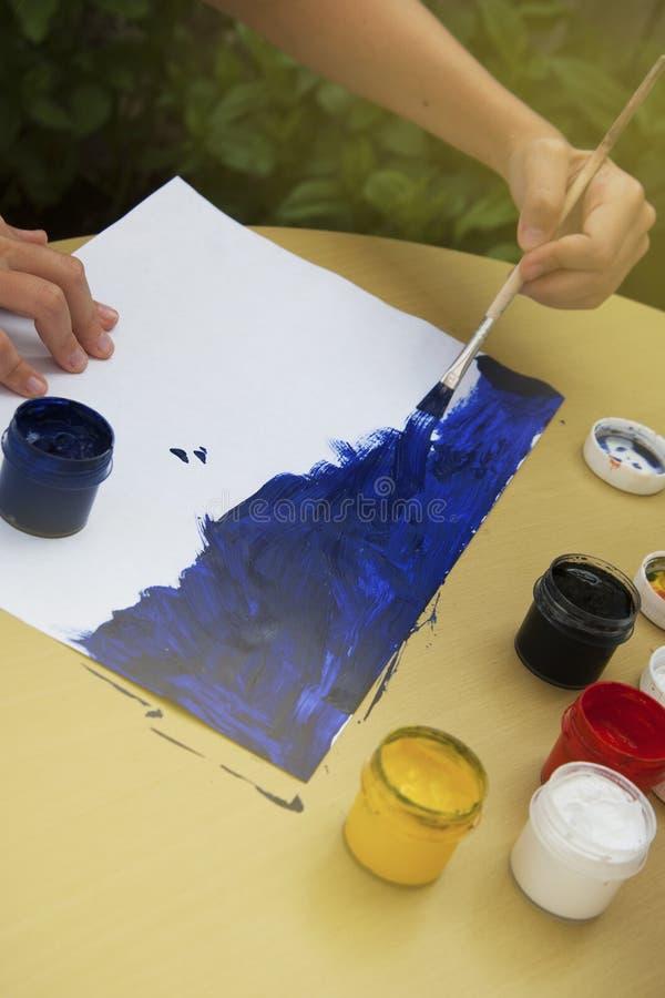 哄骗绘在白色隔绝的画笔的一个蓝色冲程 教育和学校 免版税库存图片