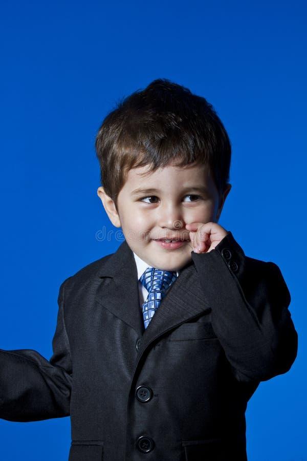 哄骗,惊奇的商人,在蓝色c的逗人喜爱的小男孩画象 图库摄影
