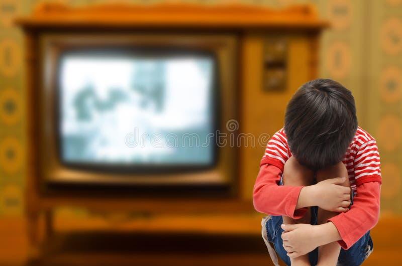 哄骗从电视迷需要爱的坐充满悲伤和病残从 免版税库存照片