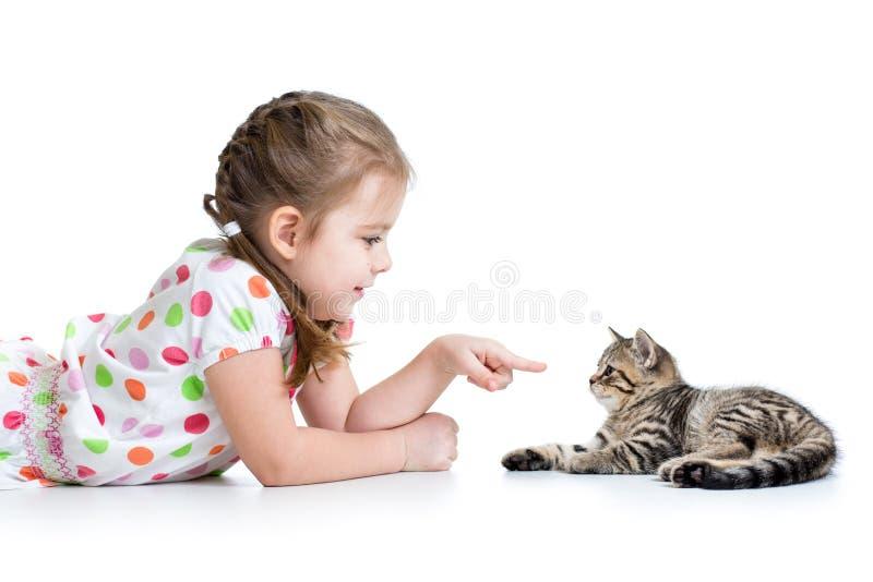 哄骗说谎在地板上和使用与猫 图库摄影