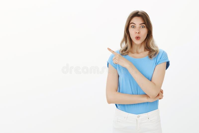 哇,不能等待看这部新的电影 女性漂亮的女人画象蓝色T恤杉的,折叠的嘴唇和 免版税图库摄影