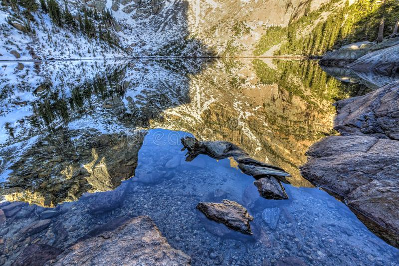 哈利特峰顶反射和鲜绿色湖海岸线 免版税库存图片