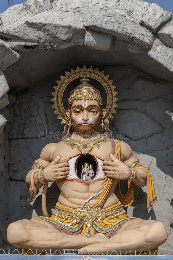 哈奴曼雕象,在恒河,瑞诗凯诗,印度附近的印度神象 香客的圣地 图库摄影