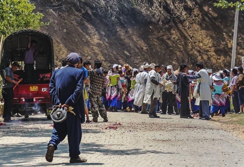 哈妮聚集在一个出殡队伍的少数村民 库存照片