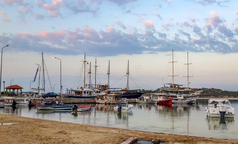 哈尔基季基州希腊美丽的海和风帆 免版税库存照片