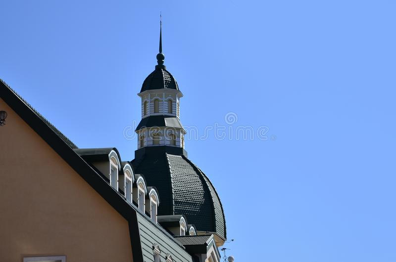 哈尔科夫建筑学特写镜头细节  一个多层的大厦的屋顶的角落的片段,装饰在古色古香的猪圈 免版税库存图片