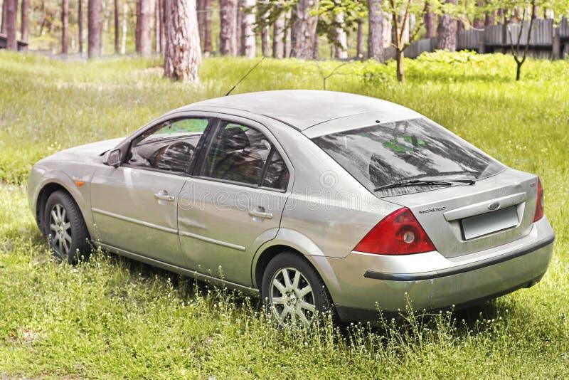 哈尔科夫,乌克兰- 2018年5月9日:灰色福特蒙迪欧汽车在森林后面视图 库存图片