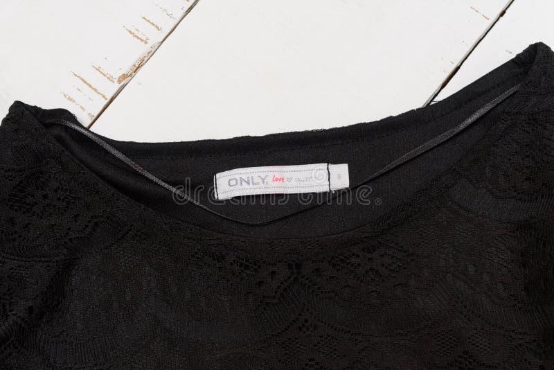 哈尔科夫,乌克兰- 2019年4月27日:由唯一的爱标记的白色偶然收藏在一件黑女衬衫 r 免版税库存图片