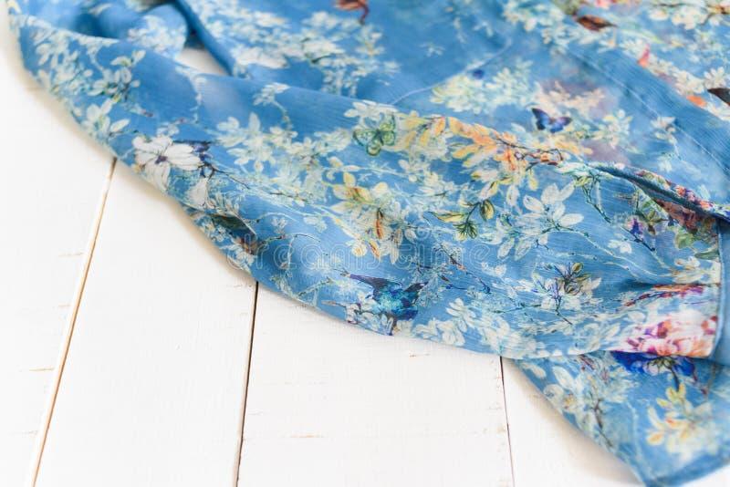 哈尔科夫,乌克兰- 2019年4月27日:蓝色花卉女衬衫细节  衣裳概念 m 库存照片