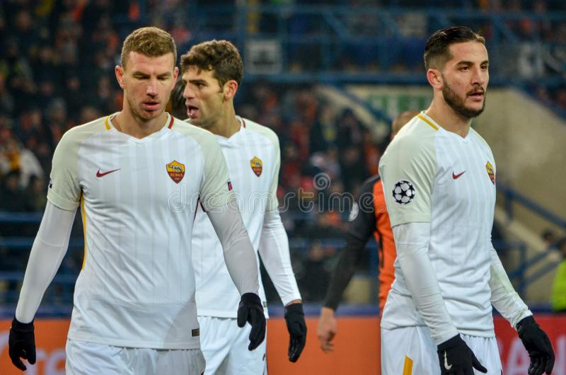 哈尔科夫,乌克兰- 2018年2月21日:Edin在UEFA期间的Dzeko (l) 库存照片