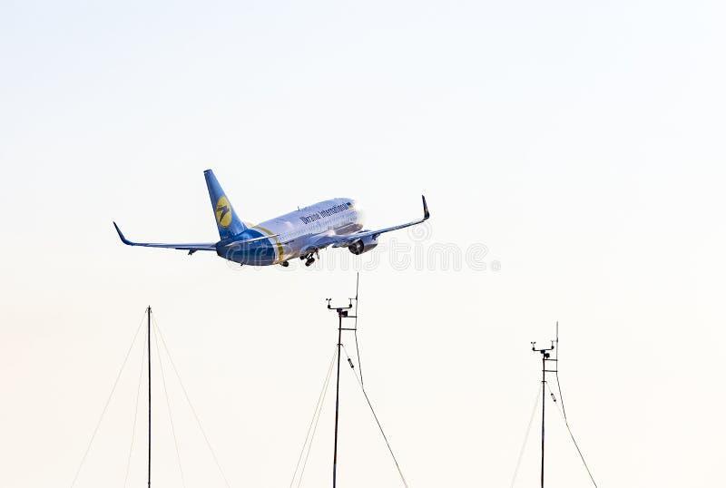 哈尔科夫/乌克兰 — 2018年8月19日:乌克兰国际航空公司的波音737-36Q UR-GBD在哈尔科夫机场起飞并飞行 库存图片