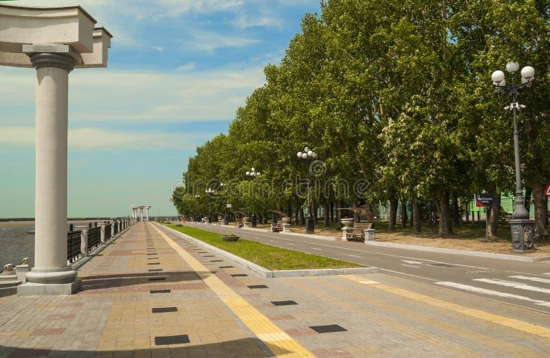 哈巴罗夫斯克,俄罗斯,在河沿散步的夏日在公园边缘  免版税库存图片