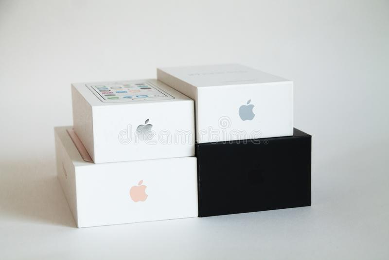 哈巴罗夫斯克,俄罗斯- 2018年10月21日:iPhone 7个加号和5s黑白箱子 库存图片