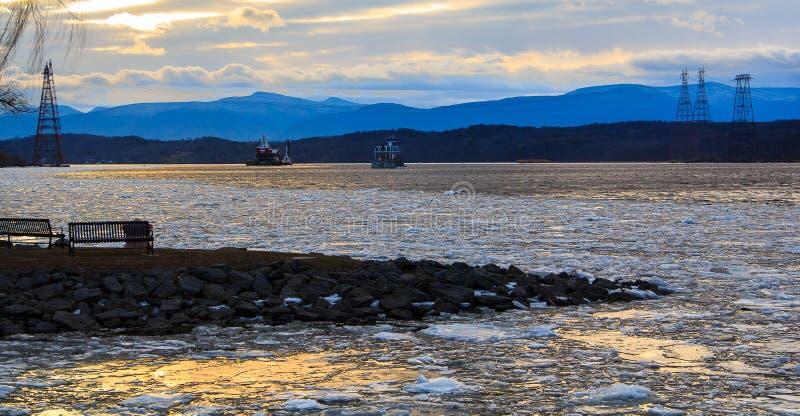 Download 哈得逊河Athen的灯塔与干涉冬天 编辑类库存照片. 图片 包括有 夜间, 冬天, 公园, 地标, 范围 - 72367953