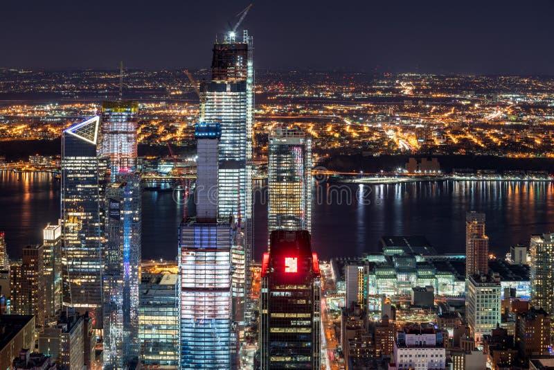 哈德森在contruction下的围场摩天大楼夜鸟瞰图与哈得逊河 切尔西,曼哈顿,纽约,美国 图库摄影