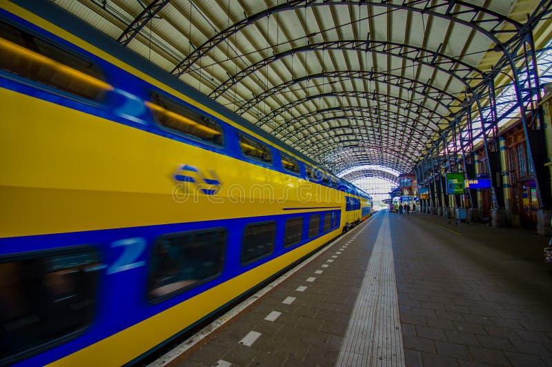 哈林,阿姆斯特丹,荷兰- 2015年7月14日:里面火车站、大屋顶复盖物平台、蓝色和黄色 库存图片