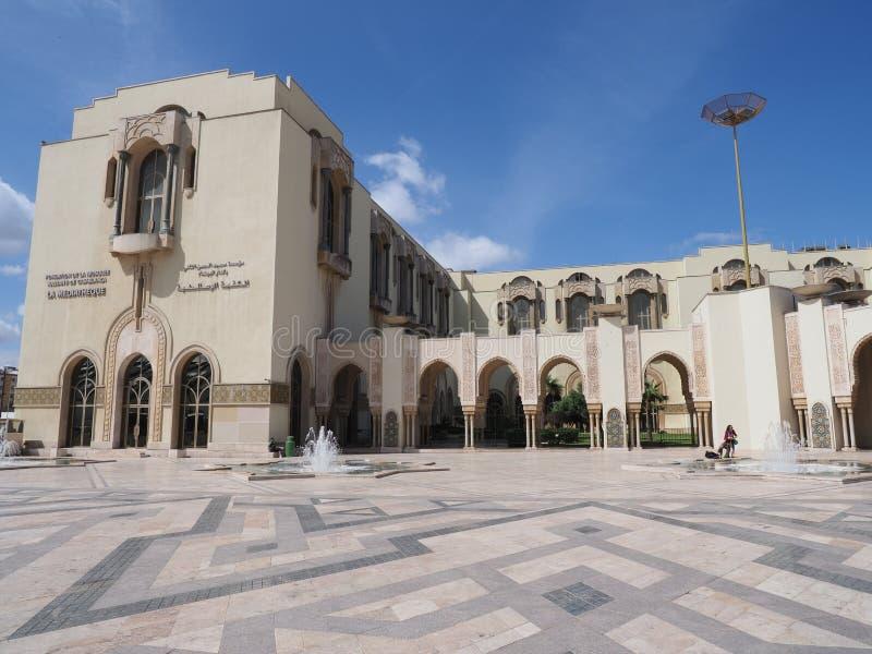 哈桑二世清真寺的Mediatheque在卡萨布兰卡市在有清楚的天空蔚蓝的摩洛哥在温暖的晴朗的春日 免版税库存图片