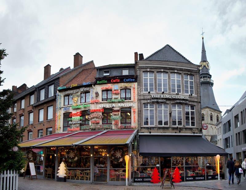 哈瑟尔特,比利时- 2017年, 12月23日:餐馆在哈瑟尔特镇的大广场在比利时 免版税库存图片