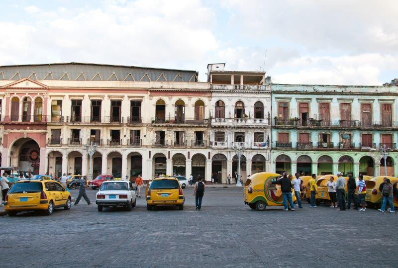 哈瓦那、cocotaxis和粉碎的大厦 免版税库存图片