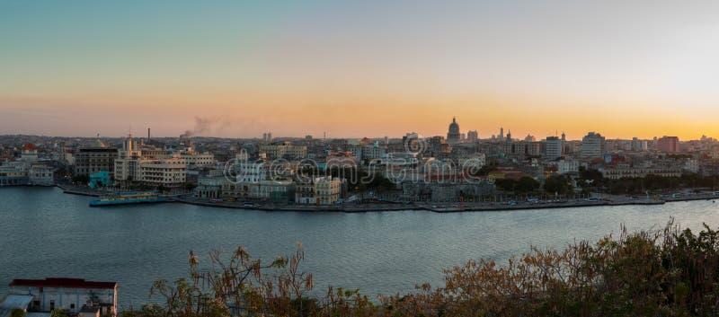 哈瓦那和从哈瓦那基督公园的海湾的全景日落的 库存照片