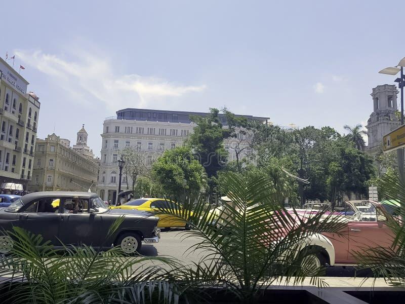 哈瓦那和Gran旅馆Manzana Kempinski街道有汽车的在背景中 免版税图库摄影