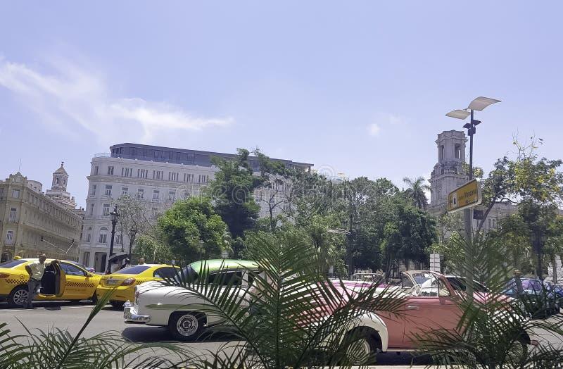 哈瓦那和Gran旅馆Manzana Kempinski街道有汽车的在背景中 库存图片