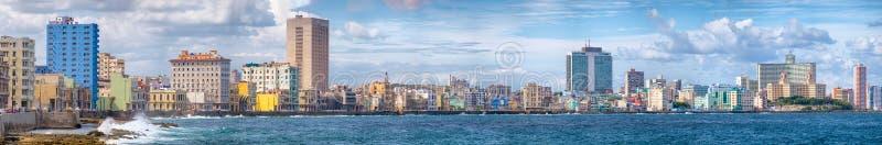 哈瓦那地平线和著名海边Malecon大道 免版税图库摄影