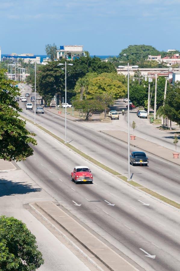 哈瓦那大道有经典汽车的 古巴 库存照片