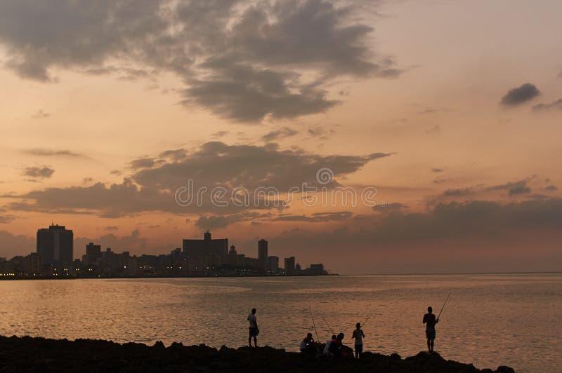 哈瓦那日落的渔夫  古巴 库存照片