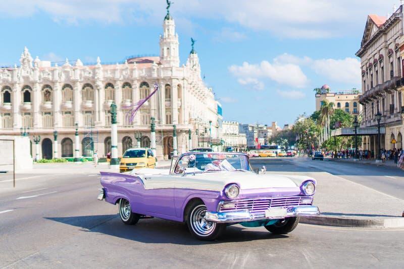 哈瓦那旧城街道的看法有老葡萄酒美国人汽车的 免版税库存图片