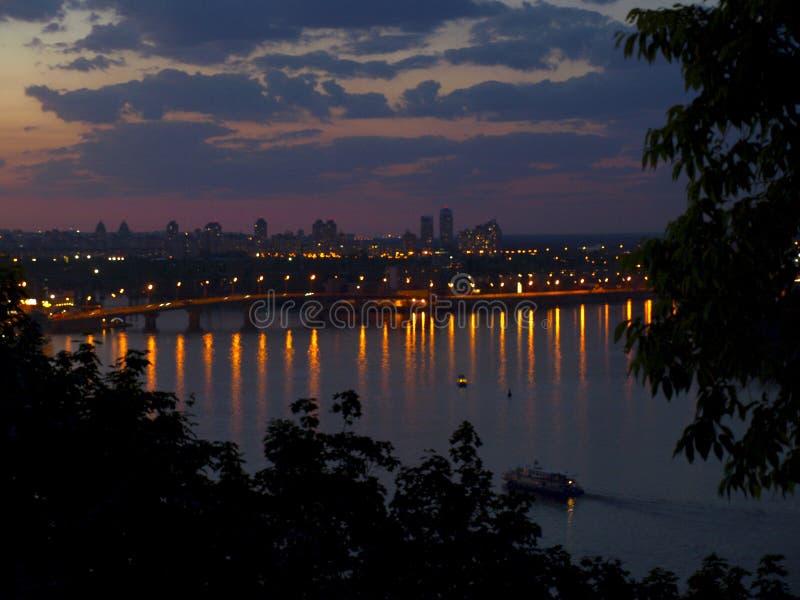 哈瓦那桥梁在基辅乌克兰 被停泊的晚上端口船视图 免版税库存图片