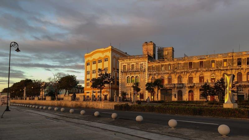 哈瓦那的堤防在与房子的清早illumi 免版税库存照片