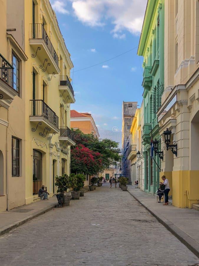 哈瓦那,古巴明亮的街道  免版税库存照片