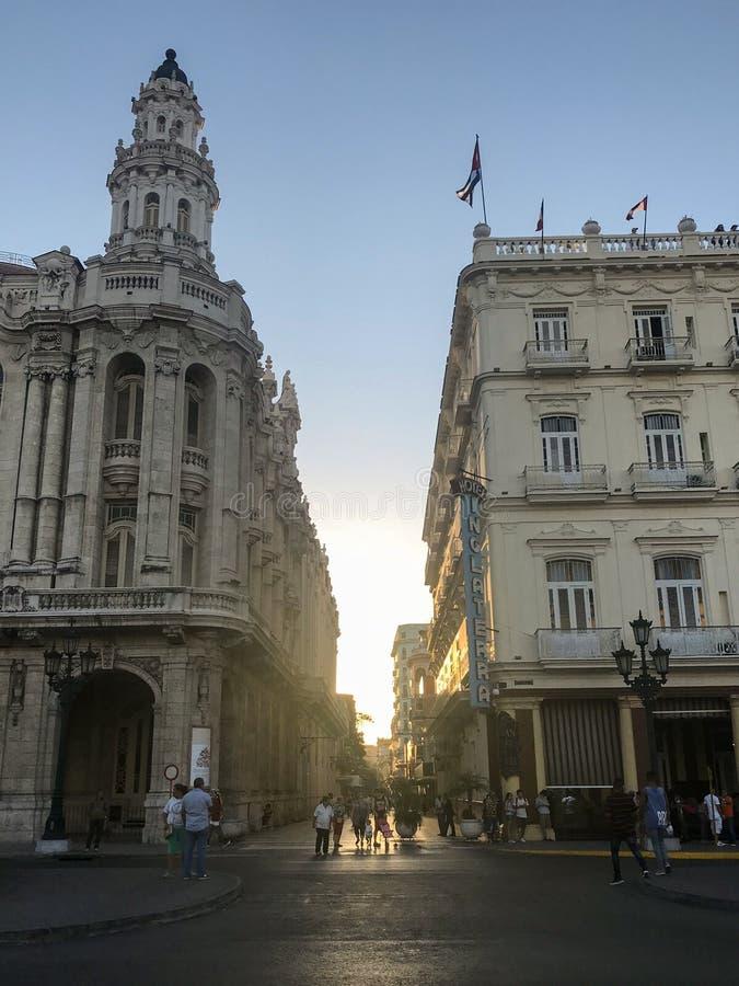 哈瓦那,古巴街道的明亮的房子  免版税库存图片