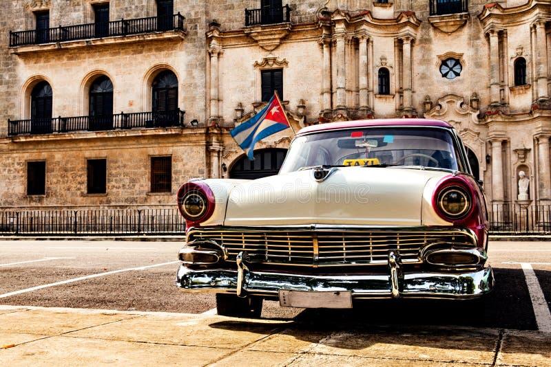 哈瓦那,古巴, 2016年12月12日:五颜六色的葡萄酒经典汽车pa 免版税库存照片