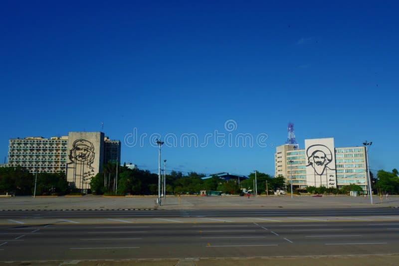 哈瓦那,古巴-在哈瓦那` s Plaza de与切・格瓦拉和菲德尔・卡斯特罗画象的la Revolucion的大厦  免版税图库摄影