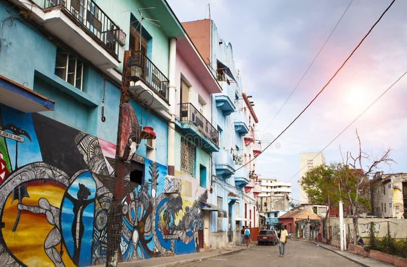 哈瓦那,古巴2013年1月27日:在哈瓦那旧城街道上的明亮的老房子  库存图片