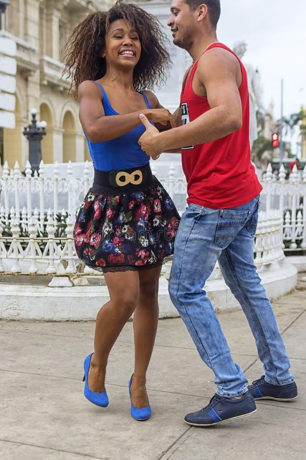 哈瓦那,古巴- 2018年1月04日:跳舞对辣调味汁我的年轻夫妇 库存照片