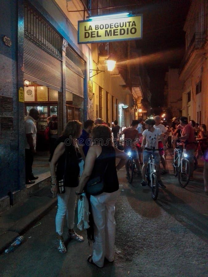哈瓦那,古巴- 2017年4月13日:La Bodeguita del梅迪奥是哈瓦那古巴一个典型的餐馆酒吧  图库摄影