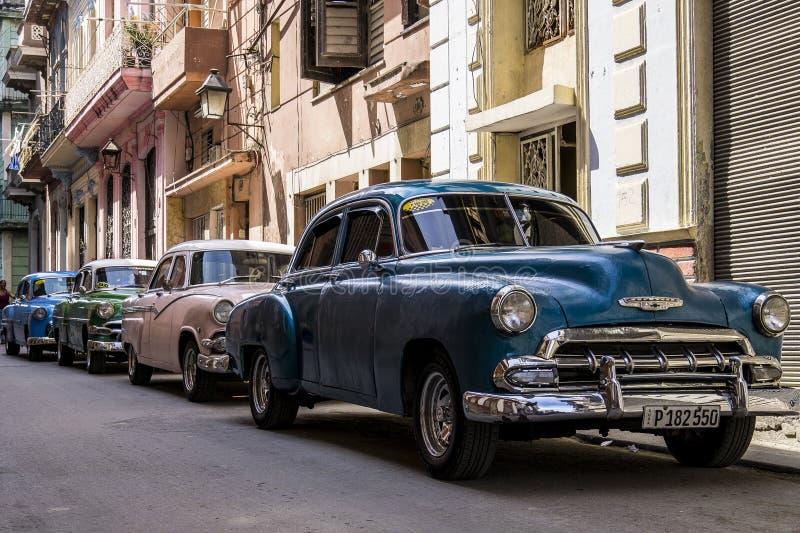 哈瓦那,古巴3月, 31日,在古巴的2017年-四辆经典美国汽车 免版税库存照片