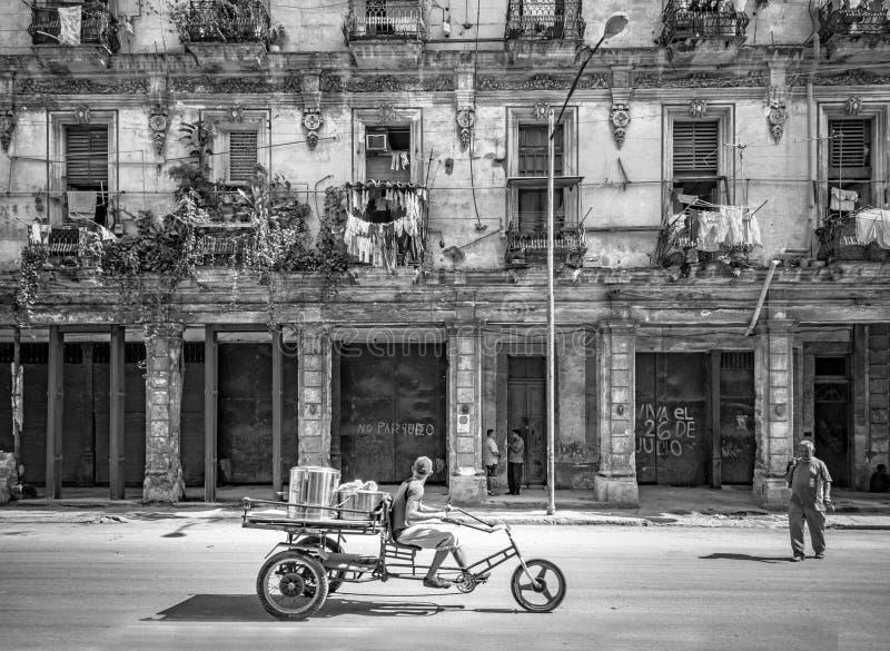 哈瓦那,古巴- 10月29 -在哈瓦那供以人员卖面包和食物在自行车正在寻找顾客2015年10月29日,古巴 图库摄影