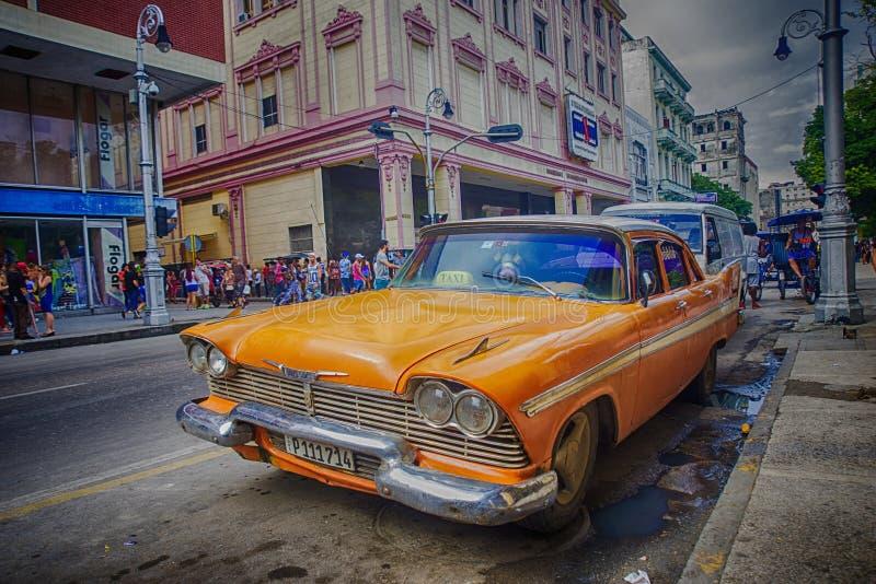 哈瓦那,古巴- 4日DEC, 2015年 橙色葡萄酒经典美国汽车, 免版税库存照片