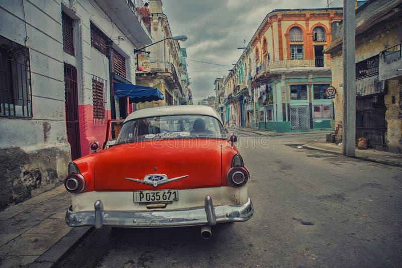 哈瓦那,古巴- 4日DEC, 2015年 红色葡萄酒经典美国汽车 库存图片