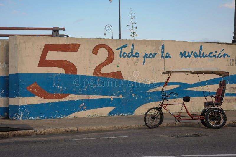 哈瓦那,古巴- 2013 1月20日,骑自行车在街道上的出租汽车公园在H 免版税库存图片