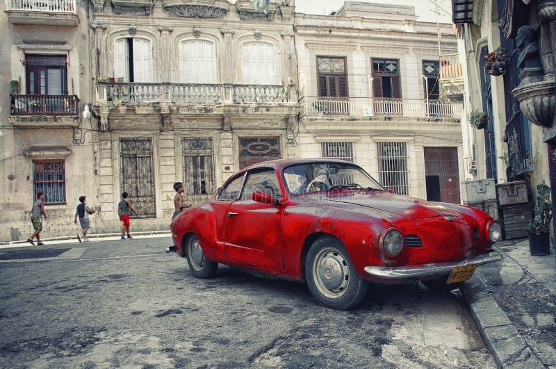 哈瓦那,古巴- 2008年10月5日, 红色葡萄酒经典美国汽车, co 图库摄影