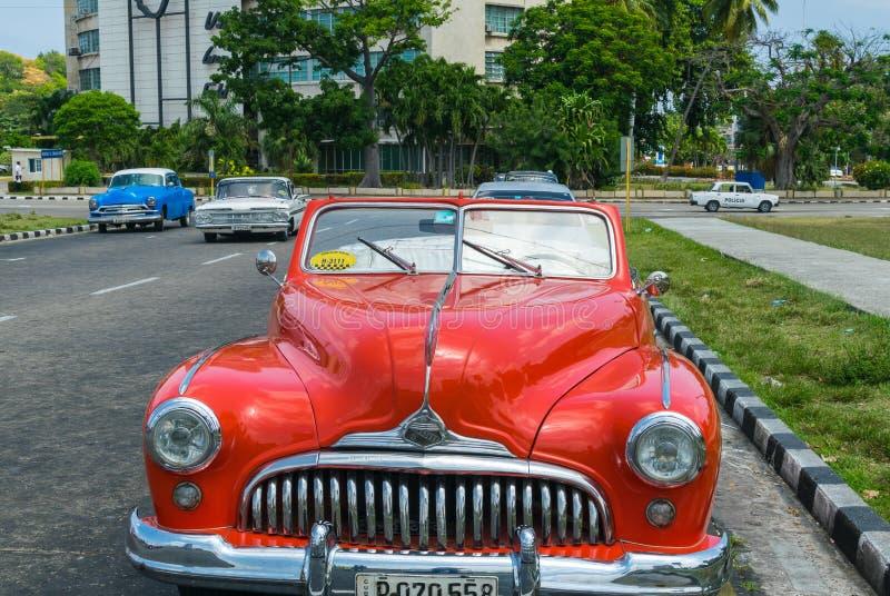 哈瓦那,古巴- 2016年4月7日:老经典美国汽车乘驾 免版税库存图片