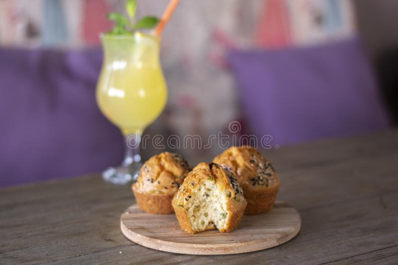 哈罗米芝士松饼用在木头的新鲜的自创柠檬水 库存照片