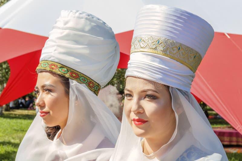 哈萨克人全国服装的美丽的女孩在一个晴天 画象 免版税库存图片
