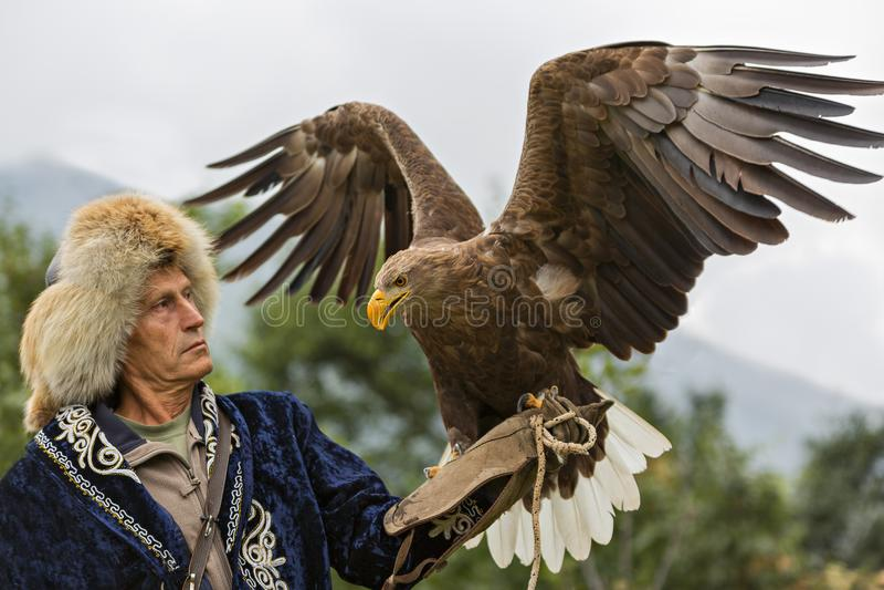 哈萨克人在阿尔玛蒂,哈萨克斯坦附近的老鹰猎人 库存图片
