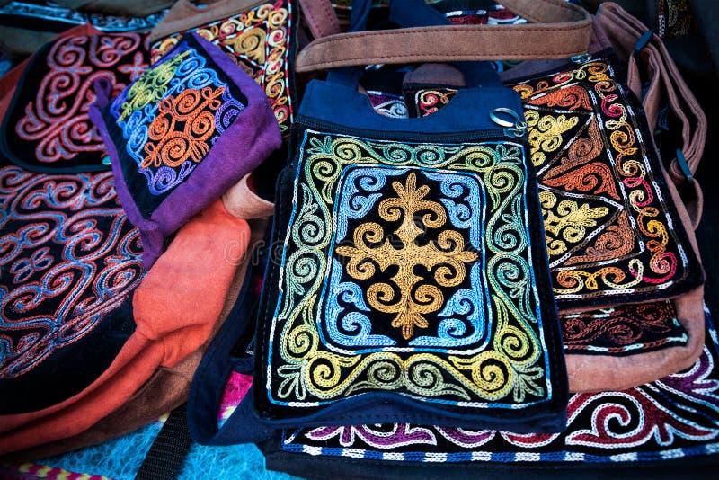 哈萨克人种族袋子在市场上 库存图片